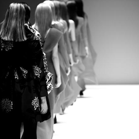 modelos posando: Show de moda