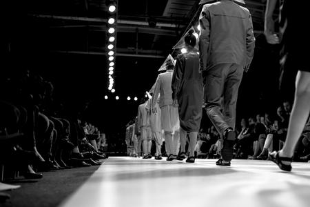 modelo en pasarela: Desfile de moda