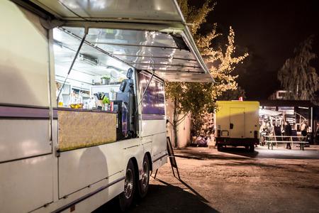 저녁에 음식 트럭