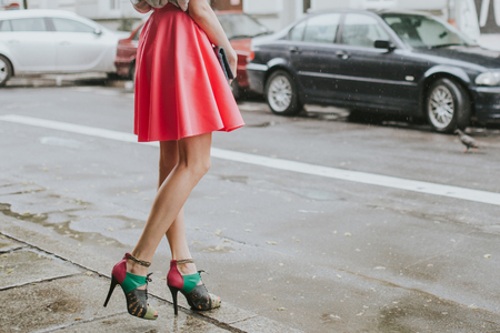거리에 산책하는 젊은 유행 소녀