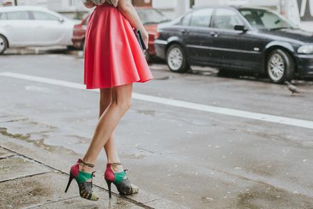 Jong modieus meisje dat op straat loopt