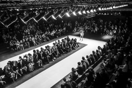 Desfile de moda, Pasarela, Evento de pista desenfocado de propósito Foto de archivo - 77489400