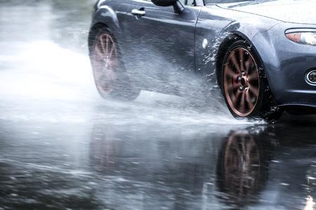 비가 오는 도로에서 구동 스포츠카 모션 블러 효과 바퀴에 가까이