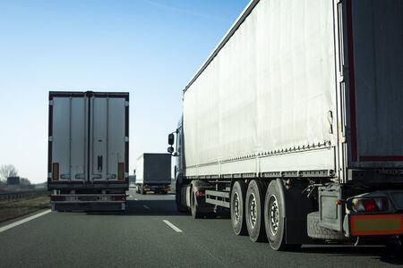 De gros camions de fret sur une autoroute bloquant toutes les voies. Banque d'images