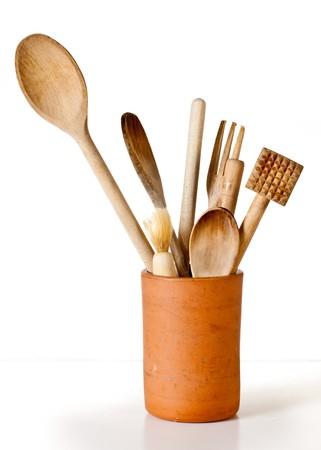 Een set van houten kookgerei in een container terracotta tegen een witte achtergrond Stockfoto