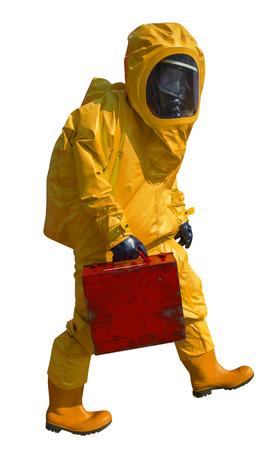 hazmat: L'uomo con la valigetta in tuta ignifuga protettiva, isolato su bianco