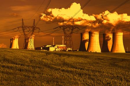 contaminacion ambiental: Central nuclear Dukovany en la República Checa Europa Foto de archivo