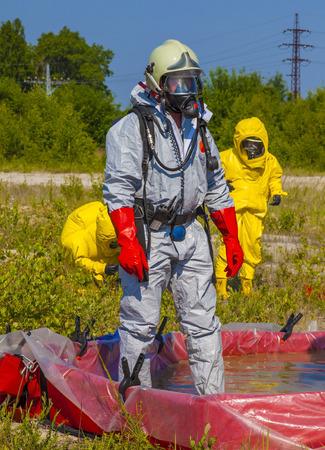 Leden Hazmat team zijn het dragen van beschermende pakken om hen te beschermen tegen gevaarlijke stoffen