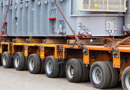 Transport van zware, oversized ladingen en bouwmachines Stockfoto