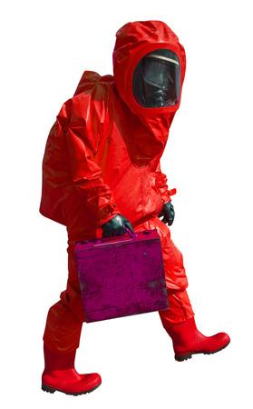 hazmat: L'uomo con la valigetta in tuta hazmat protettivo, isolato su bianco