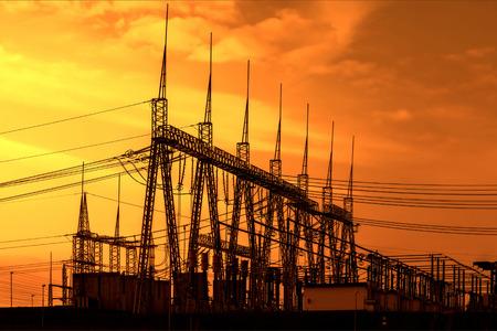 circuitos electricos: Subestaci�n de alto voltaje del transformador de potencia, puesta del sol Foto de archivo