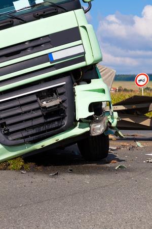 Een mening van vrachtwagen op een snelweg in een ongeval