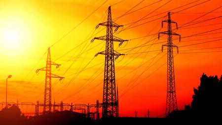 Stromleitungen bei Sonnenuntergang