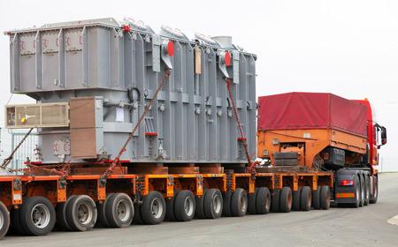heavy machinery: Transporte de cargas de gran tama�o, pesados ??y maquinaria de construcci�n Foto de archivo