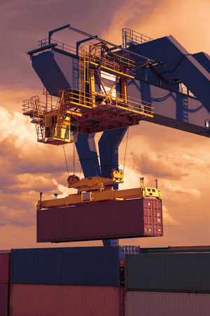Industriële kraan laden van containers Stockfoto