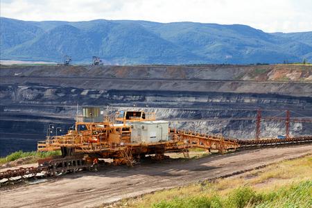 mineria: M�quina de explotaci�n minera enorme en la mina de carb�n