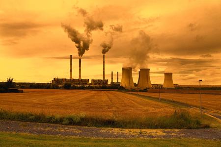 industria petroquimica: Planta industrial petroquímica, República Checa, el cielo del atardecer
