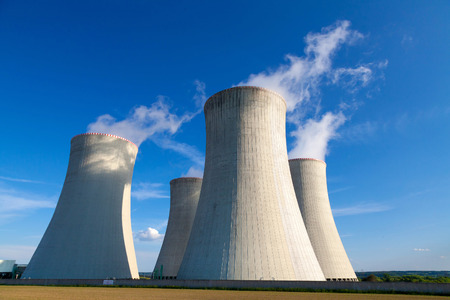 energia electrica: Central nuclear Dukovany en la Rep�blica Checa Europa Foto de archivo