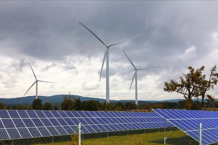 energia renovable: Las turbinas de viento con paneles solares Foto de archivo