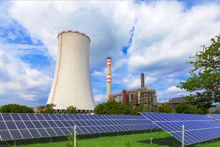 Petrochemische industriële installaties met zonnepanelen, Tsjechië Stockfoto