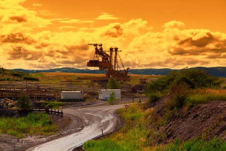 mining: Gigante excavadora de rueda de cangilones al atardecer Foto de archivo