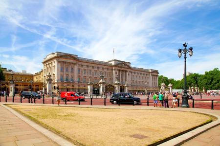 buckingham palace: LONDON, UNITED KINGDOM -JULY 15, 2013: Tourists visit Buckingham Palace Editorial