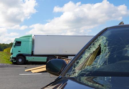 Mening van vrachtwagen bij een ongeval met auto