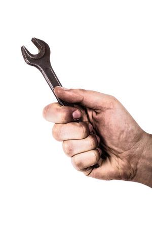 Schmutzige Hand hält Schraubenschlüssel auf weißem Hintergrund isoliert