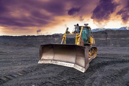 석탄 광산에서 일하는 불도저 스톡 콘텐츠