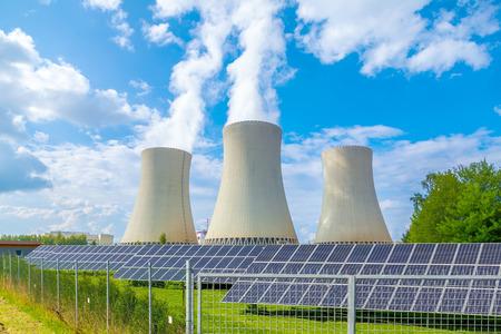 ヨーロッパ チェコ共和国での太陽電池パネルを持つ火力発電所