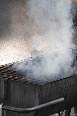 Steaming barbecue grill Imagens