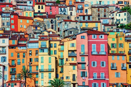 case colorate: Case colorate nel villaggio di Mentone in Provenza Archivio Fotografico
