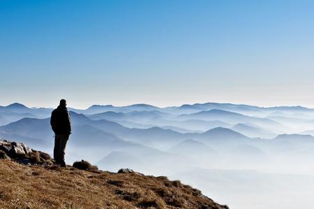 hombre solitario: Misty Mountain colinas y la silueta del hombre
