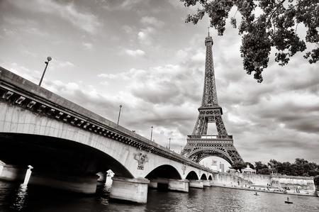 arboles blanco y negro: Torre Eiffel vista desde el r�o Sena