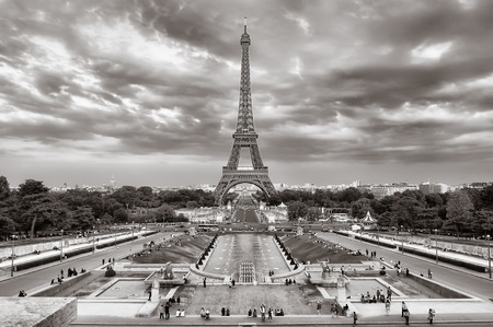 trocadero: Eiffel tower cloudy cityscape view