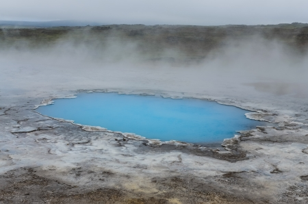 vapore acqueo: Dettaglio di blu stagno geotermica in Hveravellir, Islanda