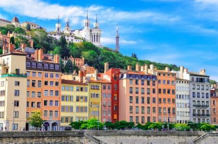 Paesaggio urbano di Lione dal fiume Saone con case colorate