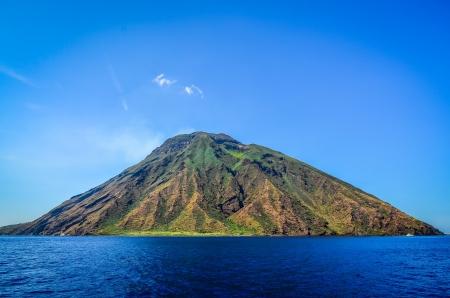 ストロンボリ火山島、リーパリ、海、イタリア、シチリア島から見た