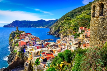 Scenic view of colorful village Vernazza and ocean coast in Cinque Terre, Italy 免版税图像 - 22816014