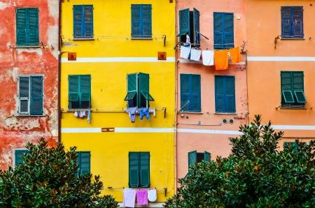 urban colors: Detalle de las paredes de las casas de colores, ventanas y secar ropa, Cinque Terre, Italia
