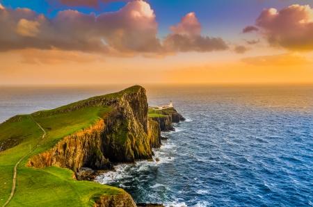 Neist 포인트 등 대, 스코틀랜드, 영국에서 다채로운 바다 해안 일몰 스톡 콘텐츠