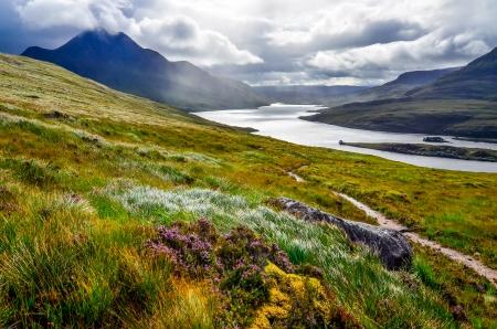 湖や山、Inverpolly、スコットランド、イギリスの風光明媚なビュー