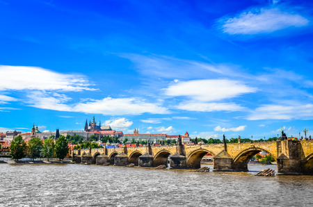 praha: View of Charles Bridge and Prague Castle from the river Vltava, Czech Republic