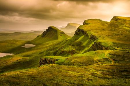 스코틀랜드 고원에서 극적인 하늘 산 일몰 위 Quiraing의 경치를 볼, 아일 오브 스카이, 영국