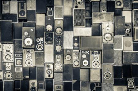 Muziek speakers opknoping op de muur in zwart-wit vintage stijl Stockfoto