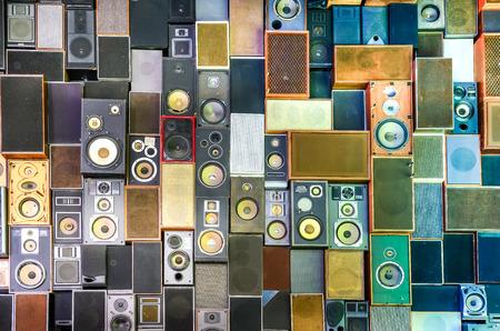 musica electronica: Altavoces de la música que cuelga en la pared en el estilo retro de la vendimia Foto de archivo
