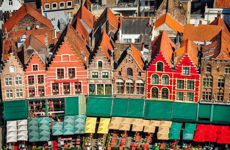 カラフルな広場、ブルージュ、ベルギーで住宅の空撮