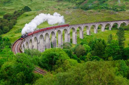 有名なグレンフィナン高架橋、スコットランド、イギリスの蒸気の鉄道の詳細 写真素材