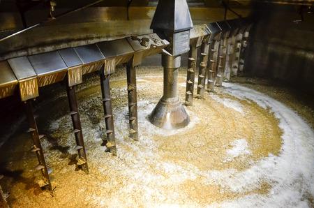 destilacion: Detalle de mash tun interior al tiempo que de whisky Foto de archivo