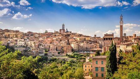 시에나 마을과 역사적 주택의 경치를 볼, 투스카니, 이탈리아 스톡 콘텐츠